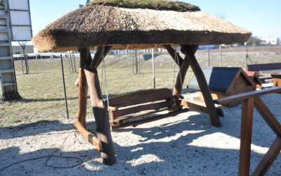 Huśtawka drewniana z daszkiem - trzcina