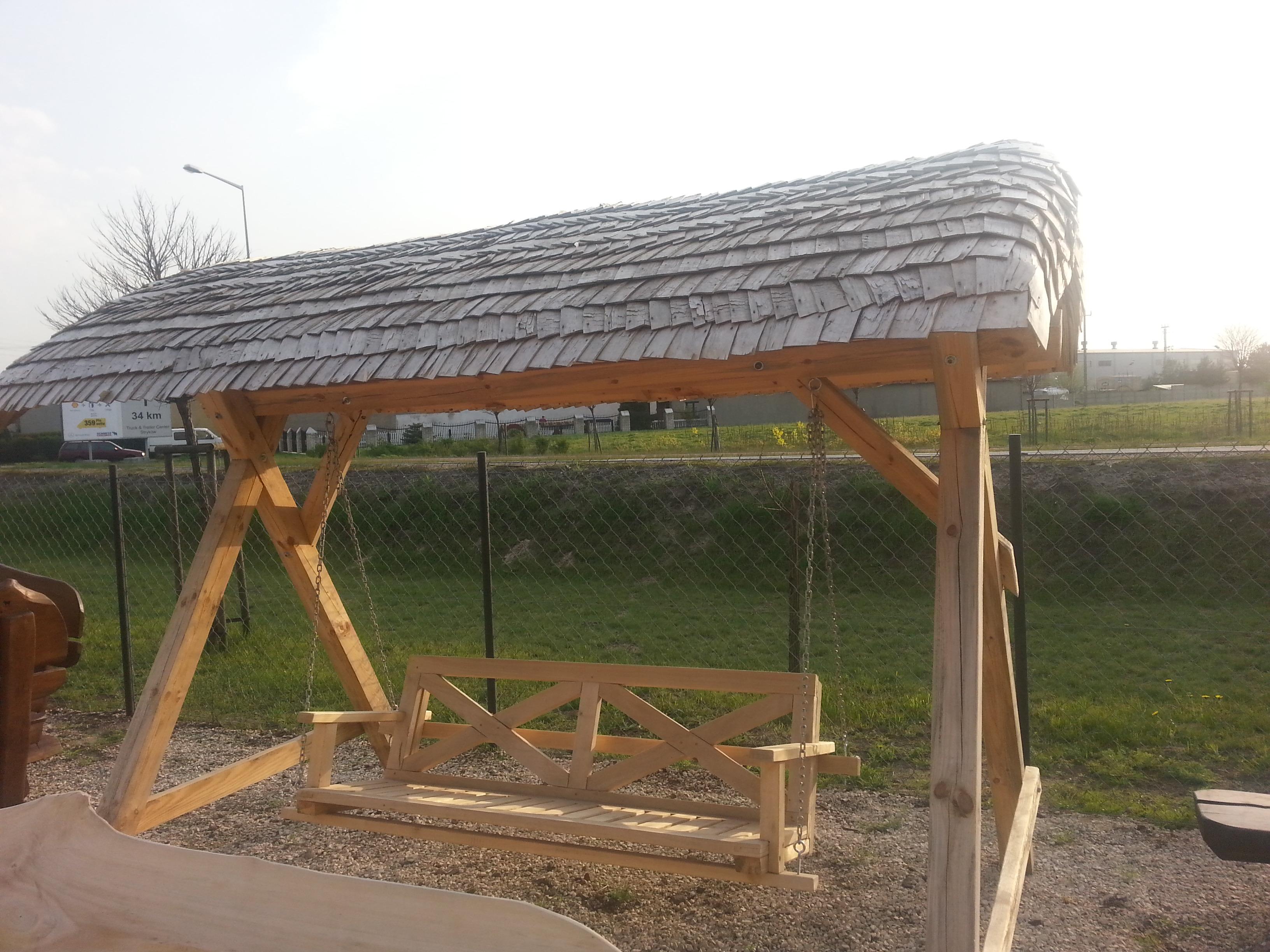 huśtawka drewniana z daszkiem - wiór osikowy