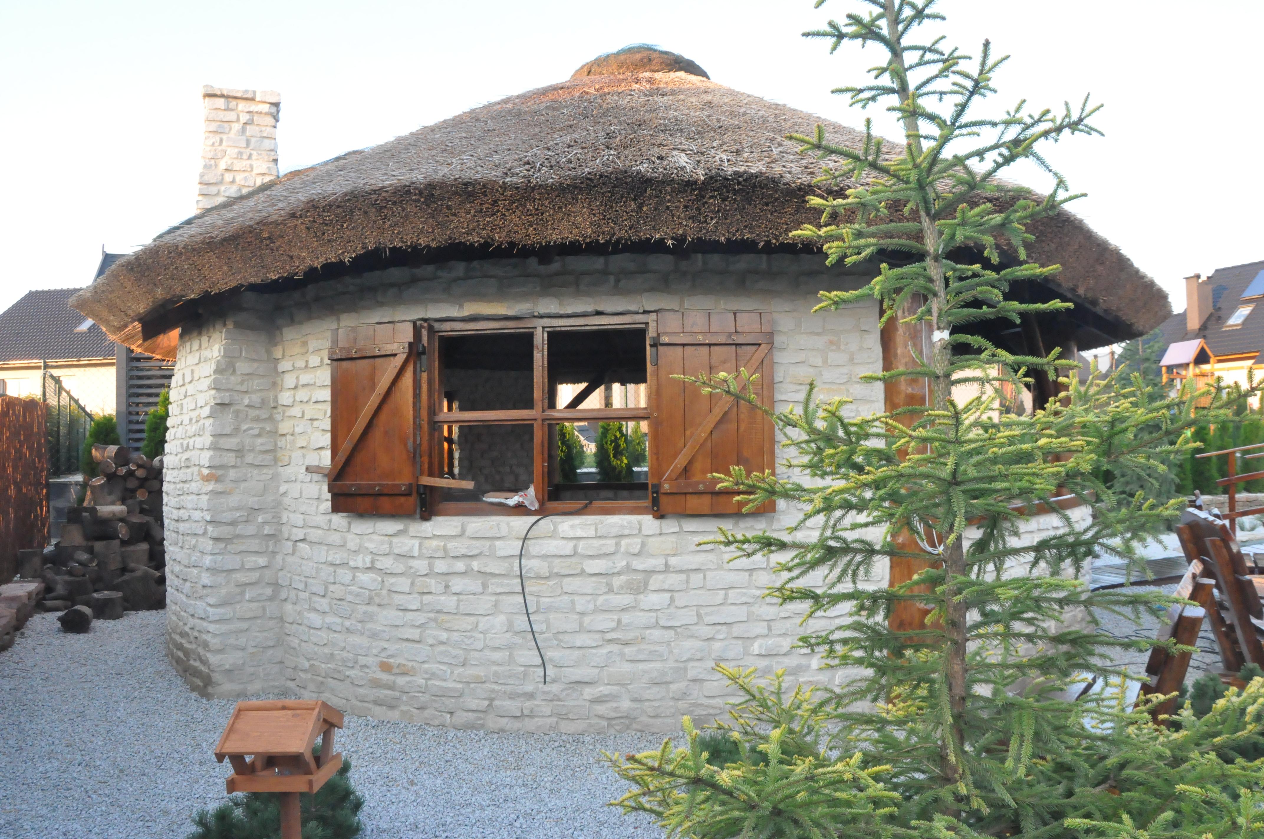 Murowana altana z dachem ze strzechy 2